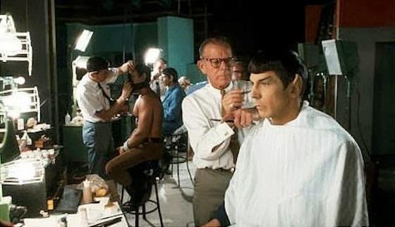 Leonard Nimoy makyajla Mister Spock oluyor