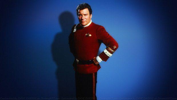 Amiral üniforması içinde James Kirk