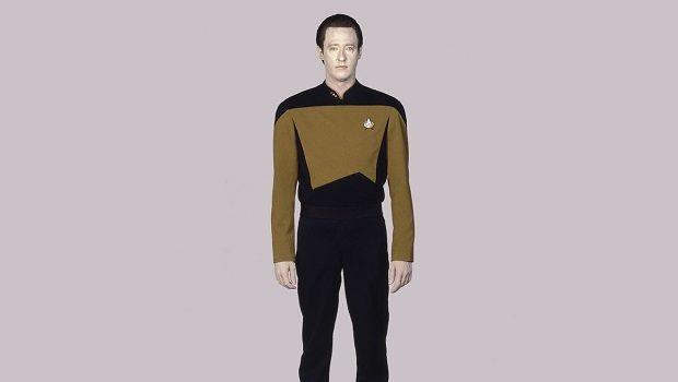 Komutan Data'nın Yıldız Filosu üniforması içinde karşıdan görünüşü.