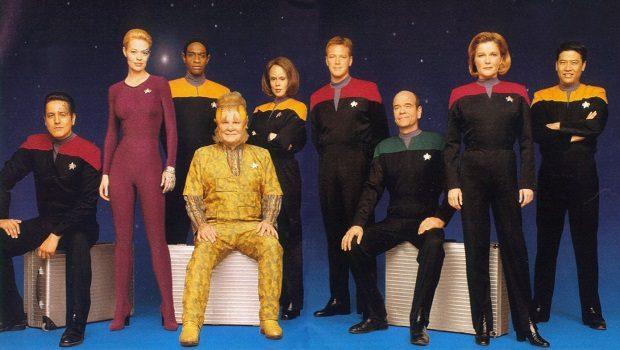 Soldan sağa. Chakotay, Seven of nine, Tuvok, Neelix, Torres, Paris, Doktor, Janeway ve Kim.