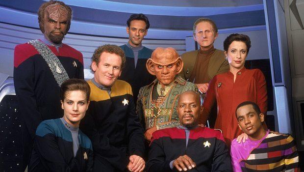 Soldan sağa. Worf, Dax, O'Brien, Dr.Bashir, Quark, Benjamin Sisko, Odo, Kira Nerys ve Jake.