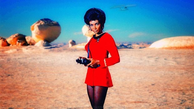 Yıldız Filosu üniformasıyla Nyota Uhura.