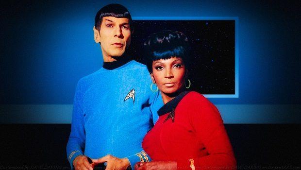 Uhura yakın arkadaşı Mr. Spock ile birlikte.